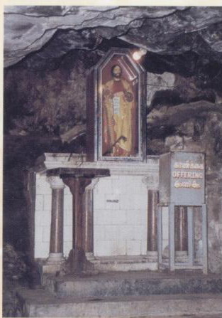 在印度──馬德拉斯的多默山山洞內的祭台
