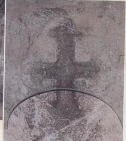 多默在山洞內雕刻的十字架